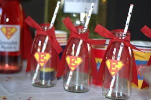 Anniversaire super-héros bouteilles de lait