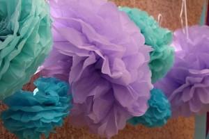 décoration avec des pompons de soie violet et vert