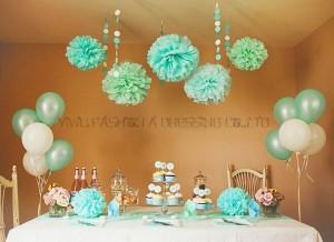 décoration avec des pompons de soie sur table et au plafond