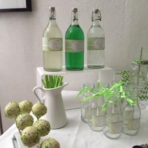Baby shower vert et blanc, sweet table popcakes, rubans sachets cadeaux aux invités