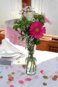 Baptême flamingo déco de table bouquets de fleurs