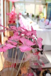 Baptême flamingo déco papillons sweet table