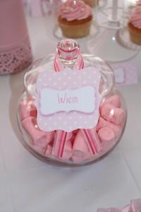 Fête de naissance rose bonbonnières candy bar