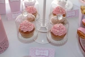 Fête de naissance rose cupcakes sous minis cloches