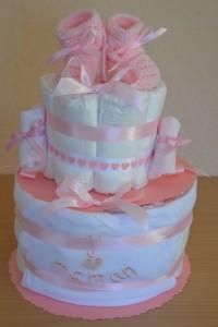 réaliser un gâteau de couches fille rose