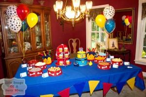 Anniversaire Pat Patrouille sweet table avec guirlande à fanions