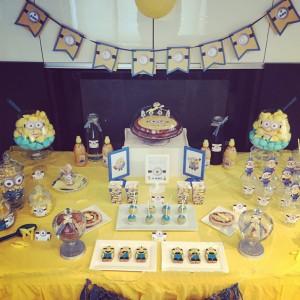 un anniversaire Minions sweet table jaune et bleu
