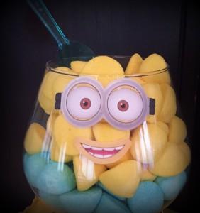 un anniversaire Minions candy bar jaune et bleu