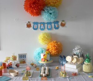 Baby shower au thème des fruits : sweet table orange, bleu et jaune
