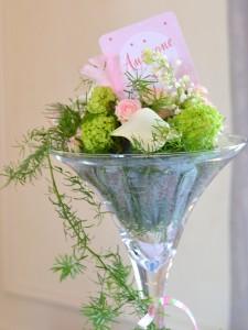 baptême thème des anges : compositions florales dans vase à cocktail
