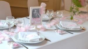 baptême thème des anges : décoration de tables rose et blanc