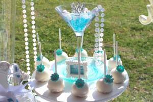 Baby shower Baby&Co cakes pops blanc et bleu à fleurs