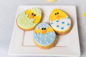 sablés de pâques oeufs  jaune et bleu