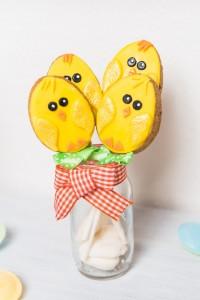 sablés de pâques poussins jaune dans verre