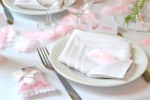 baptême thème des anges : décoration de table plumes rose