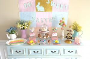décorations de tables de Pâques : rose et bleu lapins